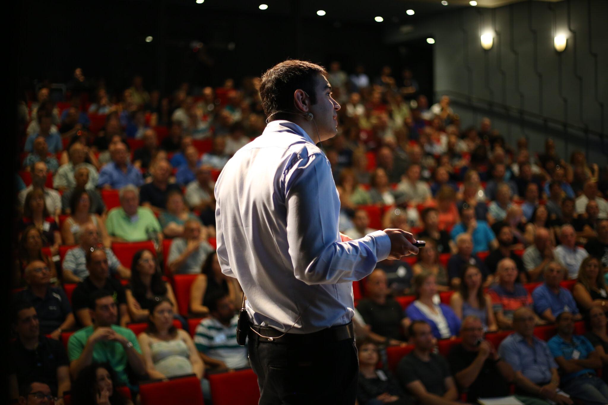 עומר רבינוביץ׳ מנכ״ל אינווסטור 360 נואם מול קהל